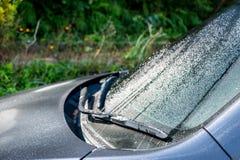 Arrosez les baisses ou la baisse plue après avoir plu sur l'avant de la voiture Images libres de droits
