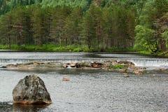 Arrosez les cascades sur la rivière de Sira dans Sirdal, Norvège Paysage scandinave naturel photographie stock libre de droits