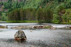 Arrosez les cascades sur la rivière de Sira dans Sirdal, Norvège Paysage scandinave naturel images stock