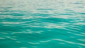Arrosez les ondulations sur la surface de l'eau azurée banque de vidéos