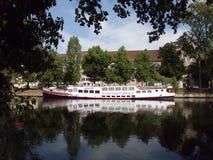 Arrosez les réflexions à la rivière de fête, Charlottenburg, Berlin images stock