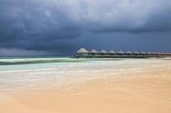 Arrosez les villas dans l'océan avec des étapes dans la lagune de turquoise, Kuredu, Maldives Images stock