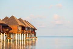 Arrosez les villas, pavillons sur l'île tropicale parfaite idéale photographie stock libre de droits
