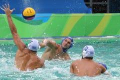 Arrosez Polo Team Hungary dans le bleu et Team Greece dans l'action pendant le match rond préliminaire du groupe A du ` s d'homme image libre de droits