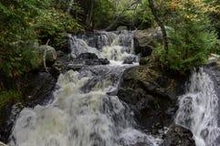 Arrosez précipiter par la formation de roches des cascades Images stock