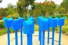 Arrosoirs bleus Photos libres de droits