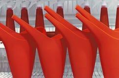 Arrosoirs rouges en plastique pour les fleurs et les plantes de arrosage image libre de droits