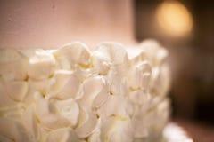 Arrossisca e scremi la torta nunziale Rose Petal Design fotografia stock