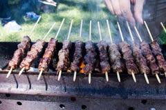 Arrosticini στη σχάρα, οβελίδια του Abruzzo των προβάτων που μαγειρεύονται Στοκ εικόνες με δικαίωμα ελεύθερης χρήσης