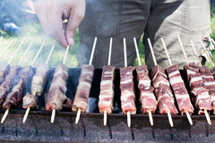 Arrosticini στη σχάρα, οβελίδια του Abruzzo των προβάτων που μαγειρεύονται Στοκ εικόνα με δικαίωμα ελεύθερης χρήσης