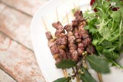 Arrosticini, χαρακτηριστικό κρέας τροφίμων του Abruzzo Στοκ Φωτογραφία