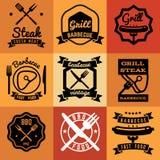 Arrostisca col barbecue gli emblemi d'annata di vettore del partito, le etichette, logos per i manifesti della bistecca del BBQ Immagine Stock