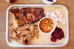 Arrostisca col barbecue l'alimento, le costole, la carne di maiale tirata, i fagioli, insalata di cavoli BBQ Immagine Stock