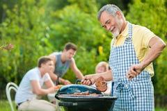 arrostisca col barbecue la famiglia che ha partito Fotografia Stock