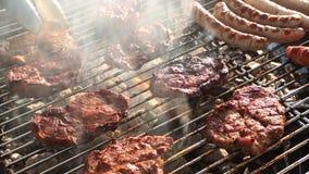 Arrostisca col barbecue la griglia video d archivio