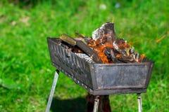 Arrostisca col barbecue la griglia con i carboni brucianti sulla natura, fine su Fotografia Stock Libera da Diritti