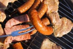 Arrostisca col barbecue la salsiccia Immagini Stock Libere da Diritti