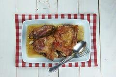 Arrostisca la gamba dell'agnello con aglio e rosmarini Fotografie Stock