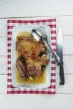 Arrostisca la gamba dell'agnello con aglio e rosmarini Immagine Stock Libera da Diritti
