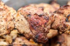 Arrostito sopra un primo piano aperto della carne suina del fuoco fotografie stock