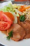 Arrosto del vitello con salsa ed insalata Fotografia Stock