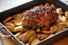 Arrosto dell'agnello con le patate Fotografia Stock