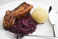 Arrosto della pancia di carne di maiale con i crauti e gli gnocchi Fotografie Stock