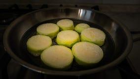 Arrosto dello zucchini su una padella d'acciaio Immagine Stock