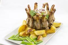 Arrosto di corona di carne di maiale con i cunei della patata fotografia stock libera da diritti