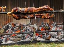Arrosto tradizionale del maiale al villaggio Fayre di Hawkesbury Upton nel Cotswolds immagini stock libere da diritti
