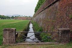 arround μικρός τοίχος ποταμών ακ&rh Στοκ εικόνα με δικαίωμα ελεύθερης χρήσης