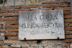 Arrow sign to the Church of San Bonaventura al Palatino, Rome stock photography