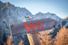 Arrow sign for toilet in the mountains Royalty Free Stock Images