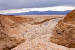 Arroyo στο ασβέστιο ΗΠΑ του NP κοιλάδων θανάτου λεκανών Badwater Στοκ Εικόνες