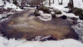 Arroyo de la montaña en el invierno almacen de video