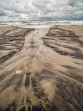 Arroyo y marcas de marea en la playa Imágenes de archivo libres de regalías