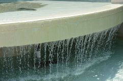 Arroyos de la caída del agua del borde de la fuente fotos de archivo libres de regalías