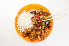 Arroz asiático con el pollo y las verduras en teriyaki agridulce de la salsa Fotografía de archivo