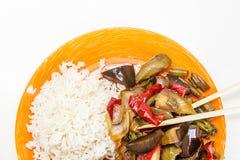 Arroz asiático con el pollo y las verduras en teriyaki agridulce de la salsa Foto de archivo