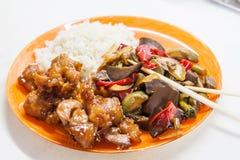 Arroz asiático con el pollo y las verduras en teriyaki agridulce de la salsa Foto de archivo libre de regalías