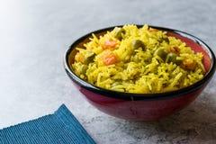 Arroz Basmati do açafrão amarelo com cúrcuma e vegetais Pilav ou pilau na bacia Imagens de Stock Royalty Free