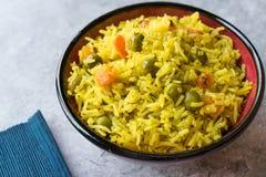 Arroz Basmati do açafrão amarelo com cúrcuma e vegetais Pilav ou pilau na bacia Foto de Stock