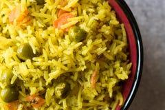 Arroz Basmati do açafrão amarelo com cúrcuma e vegetais Pilav ou pilau na bacia Fotografia de Stock