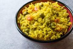 Arroz Basmati do açafrão amarelo com cúrcuma e vegetais Pilav ou pilau na bacia Fotos de Stock
