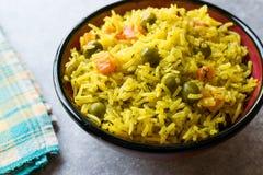 Arroz Basmati do açafrão amarelo com cúrcuma e vegetais Pilav ou pilau na bacia Imagem de Stock Royalty Free