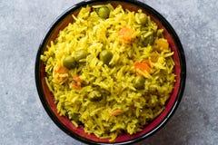 Arroz Basmati do açafrão amarelo com cúrcuma e vegetais Pilav ou pilau na bacia Foto de Stock Royalty Free