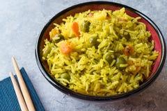 Arroz Basmati do açafrão amarelo com cúrcuma e vegetais Pilav ou pilau na bacia com hashis Imagens de Stock