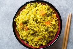 Arroz Basmati do açafrão amarelo com cúrcuma e vegetais Pilav ou pilau na bacia com hashis Imagem de Stock Royalty Free