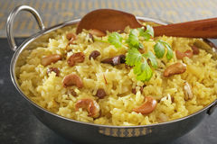Arroz Basmati indiano Pilau no fundo escuro Fotos de Stock Royalty Free
