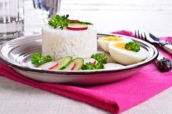 Arroz blanco con el rábano, el pepino y los huevos Foto de archivo libre de regalías